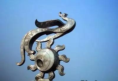身,尾,羽毛栩栩如生,用五铢钱代表凤身上的花纹,枝端还有展翅欲飞的凤
